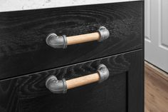 Madera y negro hierro tubo tire del cajón rústico