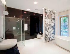schwarze Wand mit Hochglanz-Mosaik-Oberfläche und weißer Bodenbelag