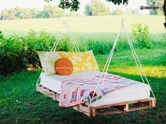 """DIY: pallet swing bed one of my b.'s (jennifer) her husband (dale), made her a """"bad-ass"""" chair/bed swing in her tree in the yard! Its totally awsome! Weekend Projects, Easy Diy Projects, Home Projects, Outdoor Projects, Pallet Projects, Diy Pallet, Pallet Ideas, Pallet Wood, Wooden Pallets"""