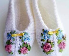 How to knit crochet basket video tutorial Crochet Shoes, Crochet Yarn, Free Crochet, Crochet Stitch, Knitting Patterns, Crochet Patterns, Crochet Abbreviations, Knitted Slippers, How To Purl Knit