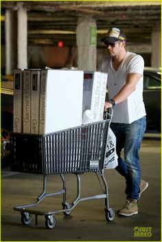 Chris Hemsworth at Bed, Bath and Beyond in Santa Monica