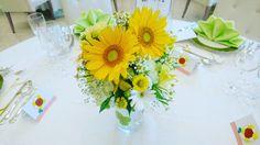 夏のゲストテーブルにはやっぱりひまわりのイエローを飾るのがオススメ!爽やかなグリーンと合わせればひまわりの魅力がより一層開花します!