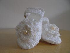Sapatilha de bebê,,feita em crochê, com linha de algodão, <br>com flor de crochê bordada com pérolas. <br> <br>Faço na cor que você quiser. <br> <br>TAMANHOS: sola <br>8 cm - RN a 02 meses <br>9 cm - 01 a 03 meses <br>10 cm - 03 a 06 meses <br>Não esqueça de colocar o tamanho da sola na hora da compra.