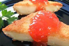 entrantes para la cena - queso camembert y mermelada de tomate
