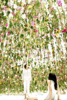 TeamLab a créé une installation entièrement immersive et interactive avec des fleurs.  2300 fleurs sont suspendues dans une pièce invitant les visiteurs dès leur entrée à déambuler dans une sorte de forêt dense de fleurs flottantes. Lorsque les visiteurs entrent, les fleurs flottent au-dessus de leur tête, créant un petit dôme.