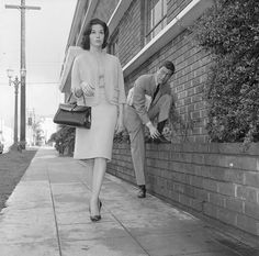 Dick Van Dyke looks on as his co-star Mary Tyler Moore walks by in a publicity still for The Dick Van Dyke Show, Feb. - A Look Back At The Life Of Mary Tyler Moore In Pictures Mary Tyler Moore Show, Vintage Tv, Vintage Hollywood, Classic Hollywood, Hollywood Fashion, Vintage Girls, Hollywood Actresses, Laura Petrie, Old Shows