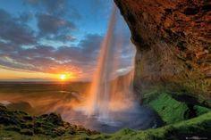 Wodospad o Zachodzie Słońca Tom Mackie - plakat
