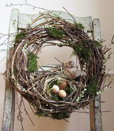 Jaro přichází.. - věnec masivní, motaný z psího vína a břízy - s hnízdem, kde jsou tři plastová vajíčka, hnízdečko hlídá krásný keramický ptáček - doplněno mechem, bílými pupeny (plastová imitace) - přírodní jarní dekorace - průměr cca 34 cm Bird Nests, Easter Wreaths, Wreath Ideas, Petra, Grapevine Wreath, Diy, Birds, Make It Yourself, Crafts