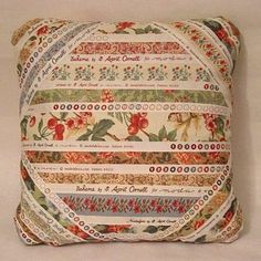 Selvage Pillow Tutorial at Moda Bake Shop Mini Quilts, Small Quilts, Deco Bobo, Quilting Projects, Sewing Projects, String Quilts, Pillow Tutorial, Sewing Pillows, How To Make Pillows