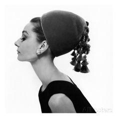 Vogue - August 1964 - Audrey Hepburn in Velvet Hat Regular Photographic Print von Cecil Beaton bei AllPosters.de