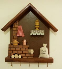 Porta-chaves com 5 ganchos no Clay Art Projects, Clay Crafts, Wood Crafts, Wood Projects, Diy And Crafts, Clay Wall Art, Clay Houses, Decoupage Vintage, Fairy Garden Accessories