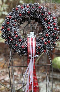 Šiškový věnec průměr věnce 30 cm vyroben ze šišek,jemně vánočně ozdoben,uprostřed keramický anděl.