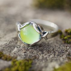 Train your mind to see the good in everything. Our nostalgic mood rings radiate only positive attitudes, letting your day start off well and continue that way :) ♥ The ring allows your body heat to ra