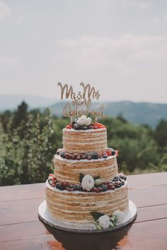 Millefoglie Nude Cake, multilayer nude cake with cream and berries facing the perfect Tuscan Landscape! picture by Anouk Fotografeert