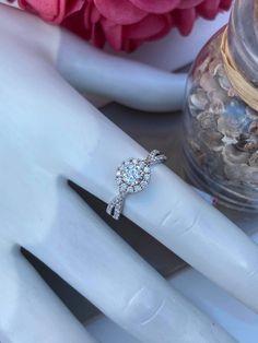 Bague halo en or blanc avec diamants Halo, Wedding Rings, Engagement Rings, Jewelry, Bangle Bracelet, Engagement Ring, White Gold, Wedding Ring, Enagement Rings