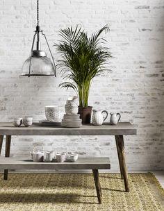 Betong er tøft! Spisebordet fra danske Nordal er i kryssfinér med betongcoating. Bena er i mangotre. For innendørs bruk.