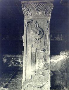 Simbolismul pomului vieţii este amplasat în vârful coloanelor existente în interiorul mormântului, împodobind capitelurile.  Pomul Vieţii este înfăţişat în cea mai veche reprezentare: V-ul Marii Zeiţe şi bucraniul-uter. La începutul mileniului I î.e.n., grupul format din cele două simboluri era deja considerat POMUL VIEŢII în Orientul Apropiat. Mai, Painting, Painting Art, Paintings, Painted Canvas, Drawings