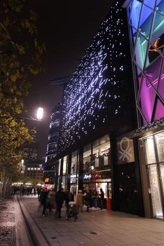 """Frankfurt """"Zeilgalerie"""" Medienfassade - Kombination aus Mediastripe und Single Dot Technologien, Rundfassade mit 15 Ringen. Foto Copyright Vito Wiedemann  Mehr zum Projekt: http://www.leuro.com/de/anwendungen/details?id=21"""