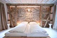 Schlafzimmer mit Kölner Decken und freigelegter Bruchsteinwand: Hotels von Bleibe