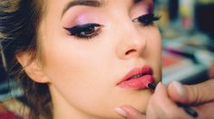 Learn How To Do Perfect Makeup With This Guide Could your makeup game use some upgrading? Learn the simple steps to flawless makeup application with this guide on how to do perfect makeup. Best Makeup Tutorials, Best Makeup Products, Makeup Tips, Eye Makeup, Hair Makeup, Contour Makeup, Beauty Makeup, Beauty Products, Do Perfect