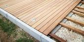 Terrassendielen verlegen mit Bauanleitung für die Holzterrasse How do I build a wooden terrace? Building instructions for a wooden terrace made of decking – from the planning to the laying and care of the wooden floorboards. Deck Terrace Ideas, Wooden Terrace, Wooden Decks, Terrace Garden, Patio Ideas, Terrace Building, Building Building, Terrasse Design, Laying Decking