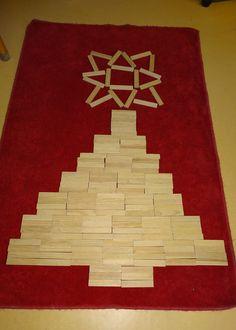 kerstboom van kabouterplankjes ( kapla). Met dank aan Wanda.