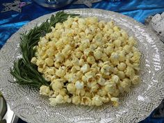 White Christmas: Rosemary and Parmesan popcorn. Christmas And New Year, White Christmas, Snack Recipes, Snacks, Risotto, Macaroni And Cheese, Picnic, Cooking, Parmesan