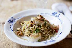 Spagetti med chili, räkor, pilgrimsmussla och massa persilja | Elsa Billgrens blogg på ELLE.se!