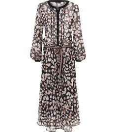 Deze lange jurk is voorzien van een prachtige herfstprint en heeft een subtiele glitterdraad. De bovenzijde van de jurk is semitransparant. Het vrouwelijke silhouet wordt geaccentueerd door de koord in de taille.
