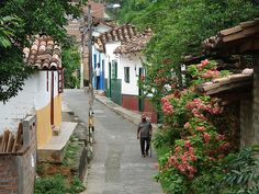 Street view in Santa Fe de Antioquia, Colombia, photo by: laloking97, used under Creative Commons License(By SA 2.0)