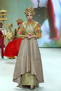 Indonesia Fashion Week 2014 : The Royal Kingdom Of Indonesia Moslem Wear Collection By Dian Pelangi Bd Fashion, Batik Fashion, Asian Fashion, Modest Fashion, Hijab Fashion, Fashion Design, Indonesia Fashion Week, Jakarta Fashion Week, Victor Hugo