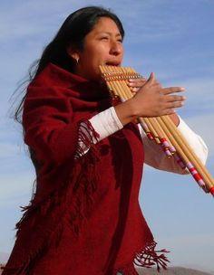 Fronteira com a Bolívia, Tilcara na Argentina guarda costumes muito próximos desse país. Lá se toca a sampoña, típico instrumento musical da Bolívia e do Perú.