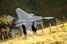 F15戦闘機が地上すれすれを飛ぶと…「こんなにすごい写真が撮れるのか
