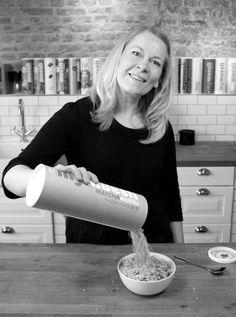 Wenke (Head of PR/CC) entdeckt gerne neue Geschmackskombinationen. Eines ihrer Lieblinge: das zartgrüne Matcha-Müsli mit knackigen Pistazien. Wenke (Head of PR/CC) likes to discover new flavors. One of her favorites: Matcha muesli with pistachios.