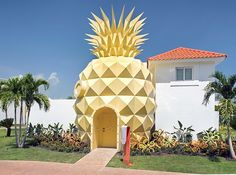 This is the Spongebob Pineapple Villa built by Nickelodeon for their Nick Resort in Punta Cana, Dominican Republic. The square foot villa is filled with Spongebob and ocean themed decorations, including an entryway that's a replica of Spongebob's. Nickelodeon Resort Punta Cana, Nickelodeon Hotel, Pineapple Room, Pineapple Under The Sea, Pineapple Girl, Pineapple Kitchen, A Little Lovely Company, Hotels And Resorts, Inclusive Resorts