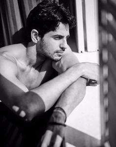 Sidharth Malhotra (born 16 January 1985) is an Indian film actor and former model who appears in Bollywood films. He began his acting career in Karan Johar's commercially successful dramedy Student of the Year, for which he received a Filmfare Award for Best Male Debut nomination. He subsequently received generally positive reviews for his performance in the romantic comedy Hasee Toh Phasee (2014). é um ator de cinema indiano e ex-modelo que aparece em Bollywood filmes