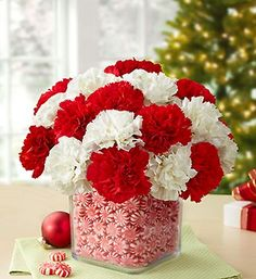 Give your Christmas decoration a festive touch. Try the classic Red and white Christmas decor. Here are Red and White Christmas decor ideas for you. Christmas Vases, Christmas Flowers, Christmas Centerpieces, Christmas Candy, Diy Christmas Gifts, Xmas Decorations, White Christmas, Christmas Time, Country Christmas