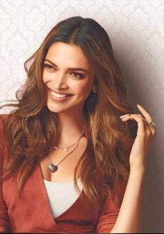 Beautiful Deepika Padukone with her heavenly smile Deepika Ranveer, Deepika Padukone Style, Shraddha Kapoor, Aishwarya Rai, Ranbir Kapoor, Shahrukh Khan, Priyanka Chopra, Indian Celebrities, Bollywood Celebrities