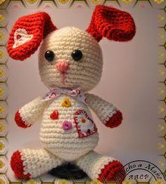 Amigurumi Conejita Orejas Rojas - Patrón Gratis en Español aquí: http://www.lilleliis.com/free-patterns/funny-bunny-pattern-spanish/