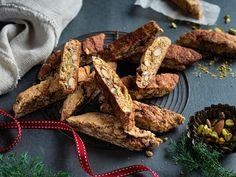 Hjemmelagde biscotti med pistasj | Oppskrift | Meny.no Biscotti, Crackers, Crisp, Meat, Food, Pretzels, Essen, Meals, Yemek