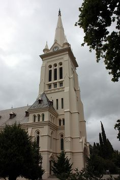 The Toring Kerk (Literaly Tower Church) serves the Nederduits Gereformeerde (NG) congregation in Paarl, South Africa. Visible from all over Paarl, the church is to be found on Main Road cnr van der Lingen Street. Church Building, Beaches In The World, Place Of Worship, Kirchen, Old Town, South Africa, Beautiful Places, Around The Worlds, Church Architecture