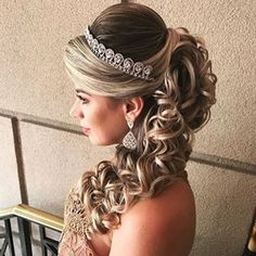 new Ideas for hairstyles festa cacheado Quince Hairstyles, Prom Hairstyles For Long Hair, Bride Hairstyles, Headband Hairstyles, Pretty Hairstyles, Hair Design For Wedding, Elegant Wedding Hair, Bridal Hair Tips, Pagent Hair