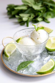 Rafraîchissez-vous avec cette glace Mojito : en bâtonnets glacés Mojito ou en sorbet Mojito ! 2 recettes pour réaliser la glace au mojito avec ou sans sorbetière ! Fudge Caramel, Mousse, Vegan Ice Cream, Nice Cream, Cookie Desserts, Ice Cream Recipes, Herbal Remedies, Soul Food, Food Photography