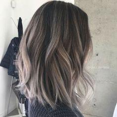 Teñir tu cabello y cambiar de look puede ser más complejo de lo que crees. Para que tu cabello luzca perfecto, necesitas de un tratamiento posterior y de varios cuidados para que el pelo no se maltrate. Si no tienes ni el tiempo, ni el dinero para ir cada quincena al salón de belleza a...