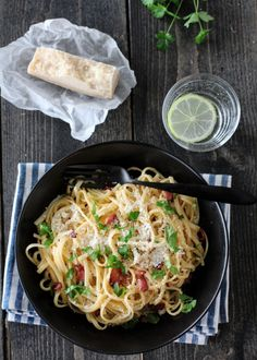 SPAGETTI CARBONARA (VIDEO) | TRINES MATBLOGG Spagetti Carbonara, Bacon, Spaghetti, Dinner, Ethnic Recipes, Food, Dining, Food Dinners, Essen