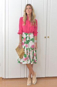 Nati Vozza do Blog de Moda Glam4You usa saia midi com estampa floral e camisa em seu look com tênis.