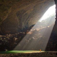 La cueva más grande del mundo es la gruta de Hang Son Doong en Vietnam con una extensión bajo tierra de más de 4 km. En algunas zonas alcanza una altura de 240 metros. Es tan grande que incluso hay una zona selvática dentro y podría llegar a albergar un edificio completo de cuatro plantas. #subterránea #hangsondoong #Vietnam #selva #altura #cueva #mayor http://www.pandabuzz.com/es/anecdota-del-dia/mayor-cueva-mundo