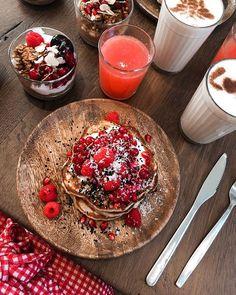 So yummy @coffeecollegebrussels    #coffee#sundaymood#sundays#pancakesunday#pancakeart#strawberry#food#foodlover#blonde#granola#yaourt#coffeeaddict#blond#blogger#brussels#belgium