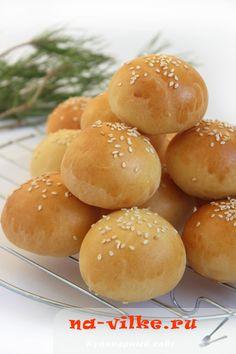 Маленькие, на один зубок, аккуратненькие, золотистые булочки станут украшением любого фуршета, отлично впишутся в закусочное меню. Очень изящно, празднично и совсем просто. Bread And Pastries, Hamburger, Food To Make, Side Dishes, Deserts, Appetizers, Snacks, Cooking, Recipes