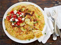 Espanjalaiseen tyyliin tehty munakas on ruokaisa, moneen eri tilanteeseen sopiva ruoka. Nopeampi versio siitä tehdään kypsästä perunasta. Raikas juustoinen tomaatti-sipulisalaatti värittää ja maustaa munakkaan. Hummus, Risotto, Tapas, Ethnic Recipes, Food, Homemade Hummus, Meal, Eten, Meals